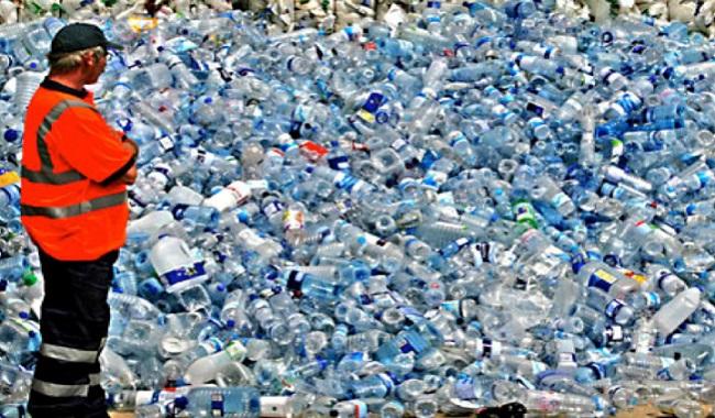 Bouteilles d'eau en plastique usagées à Montréal