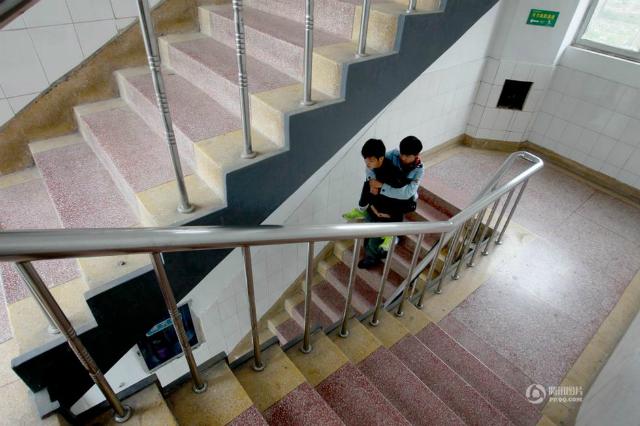 Etudiant porte handicapé dans les escaliers