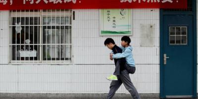 Etudiant transporte handicapé à l'école