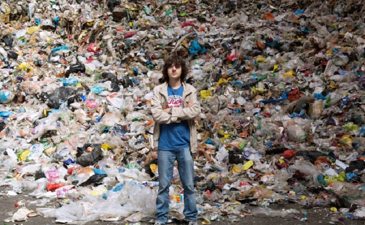 Boyan Slat devant des ordures de l'océan