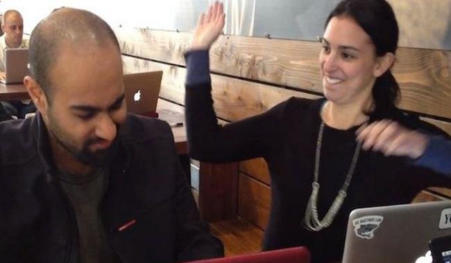 Un bloggeur embauche une femme pour le gifler quand il utilise Facebook