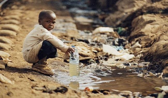 Enfant qui boit de l'eau contaminée