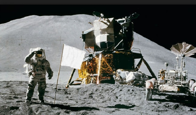 Drapeau américain sur la Lune tout blanc