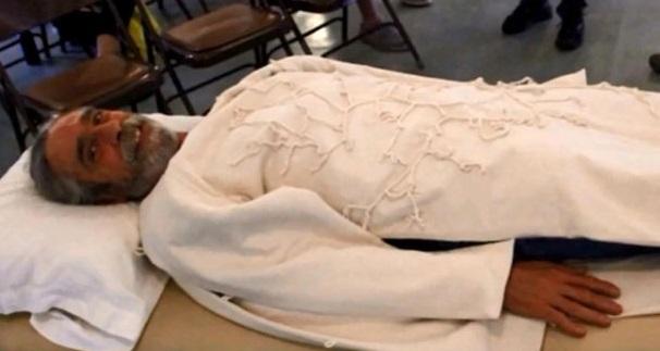 dennis white avec le costume d'enterrement de champignons