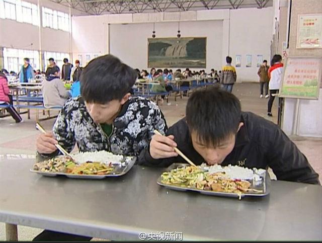 Etudiant mange avec handicapé